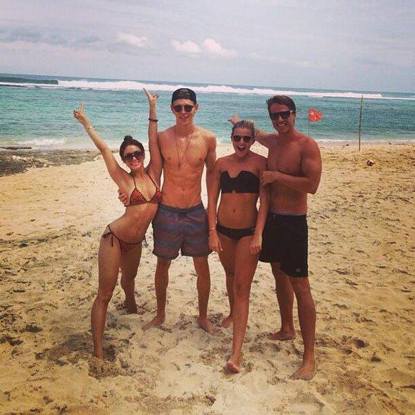 Vanessa, Ashley Greene, Austin et des amis posent à Bali, en Indonésie où ils séjournent actuellement.