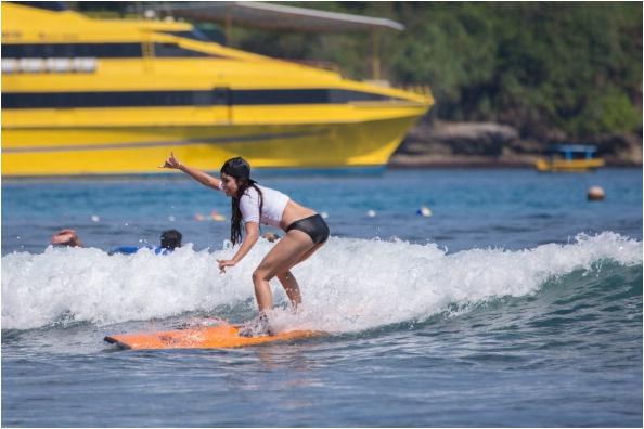 × Vanessa au Oakley Bali Pro/Learn to surf à Benoa - Indonésie