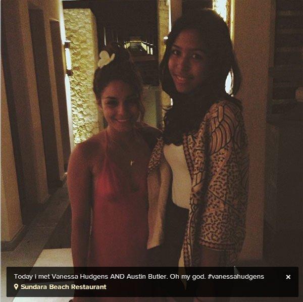 Vanessa avec une fan, toujours en Indonésie (21 juin 2013)