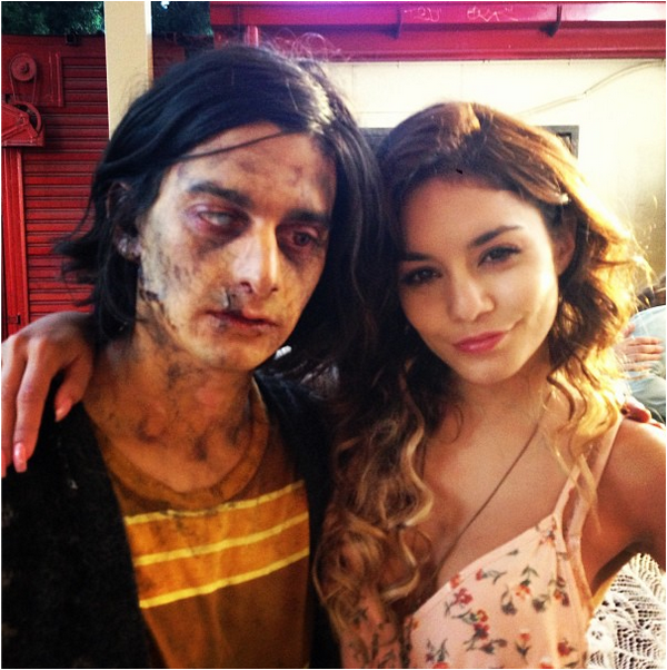 × Vanessa pose avec un zombie sur le set de Kitchen Sink