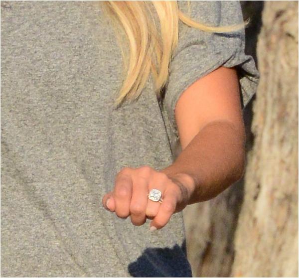 × Ashley nous dévoile sa bague de fiançailles !
