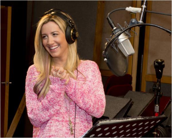 × Ashley en studio d'enregistrement pour Sabrina: Secrets of a Teenage Witch