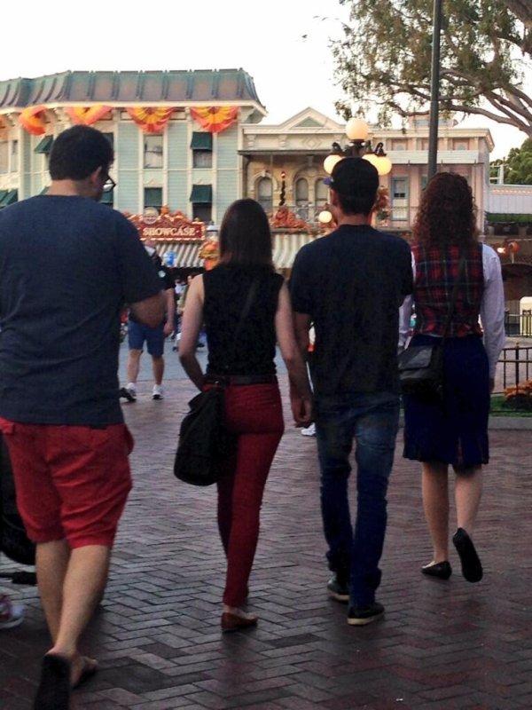 Zac et Lily Collins main dans la main ce 22 octobre 2013 à Disneyland en Californie ♥ (oh yeah!)