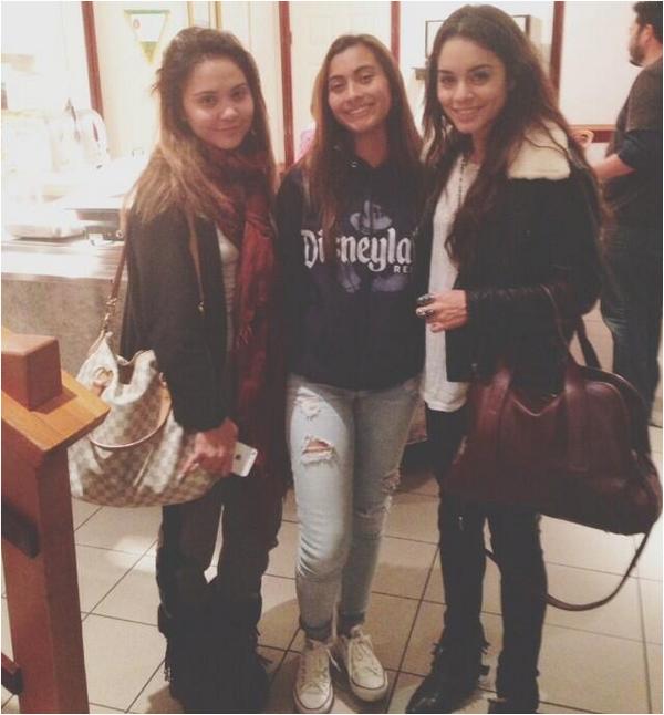 × Vanessa, Stella, et leurs parents Gina et Greg à l'Aroma Cafe ce dimanche 17 novembre au soir :)
