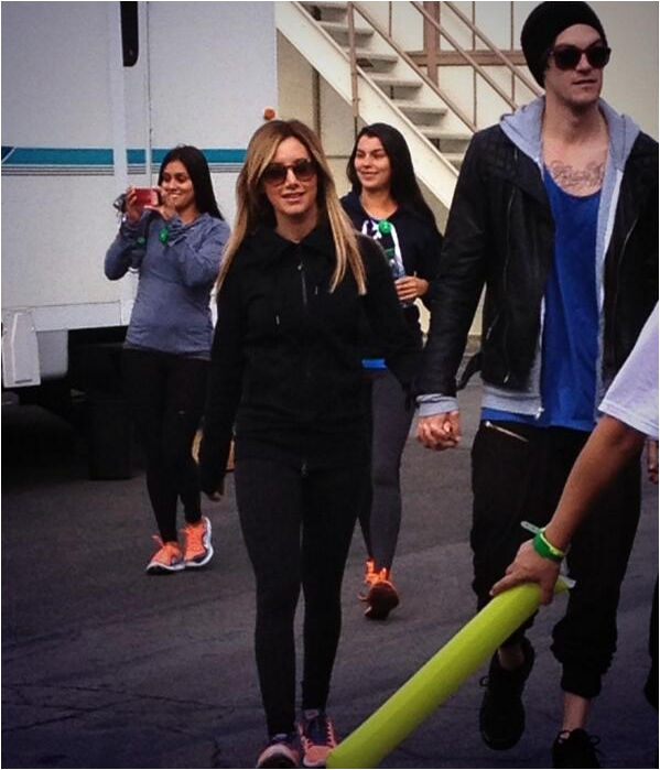 × Ashley et Chris a un match de hockey sur glace hier en compagnie de Shenae Grimes et de son mari Josh Beech !