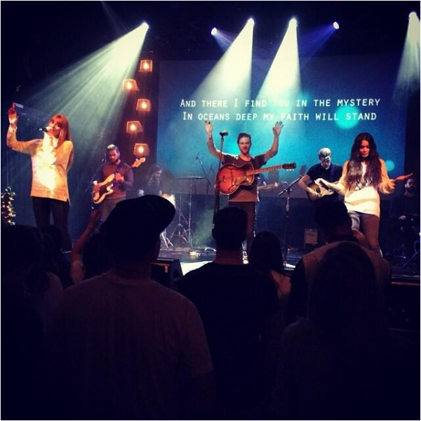 × Vanessa fait le show à l'église d'Hillsong