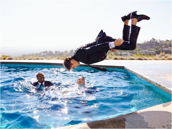 × Nouvel outtake de Zac pour le magazine Glamour avec ses co-stars de That Awkward Moment