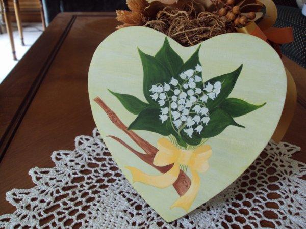 Sur un coeur en bois je vous offre le muguet du 1er Mai avec plein de bonheur pour mes amis (es) blogeurs(ses).