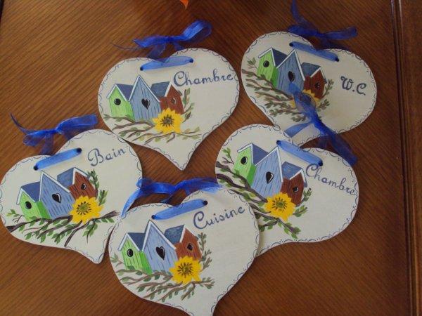 Plaques de porte forme coeur motifs maisons d'oiseaux.
