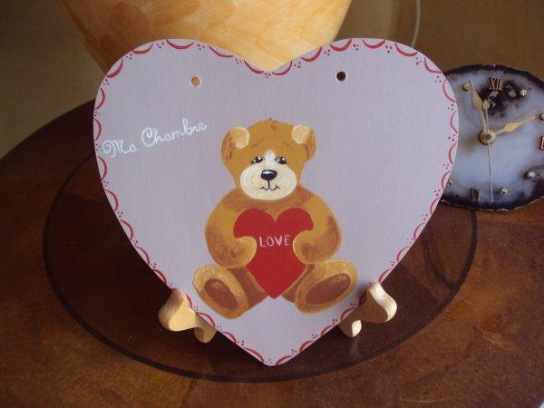 Dans un coeur un adorable oursons qui demande de l'amour