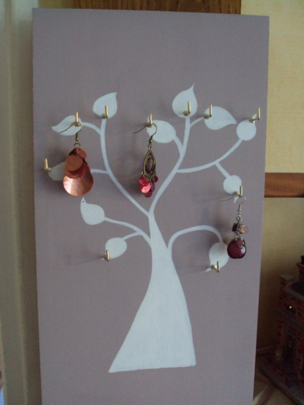 Nouveauté j'ai peint sur une planche de bois un arbre à boucles d'oreilles.