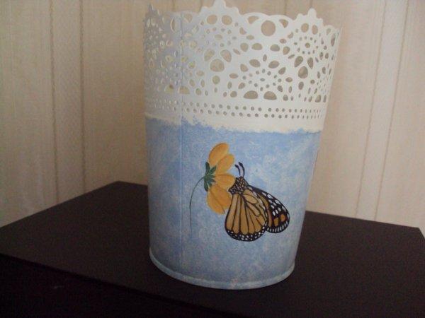 Cache-pot dentelle motif papillons.