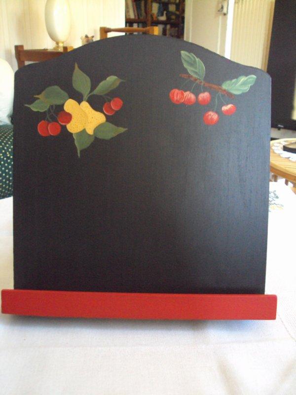 Un autre Lutrin rouge et noir celui là n'a pas de plaque métallique, en rupture de stock chez le fournisseur.