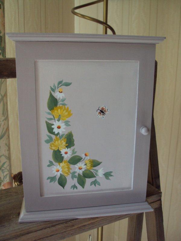 Boite à cles motif fleuri peinture acrylique.