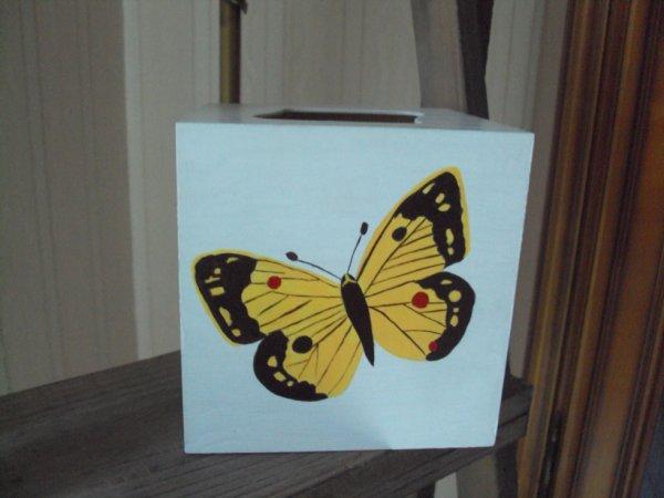 Boite à mouchoirs haute motifs papillons.