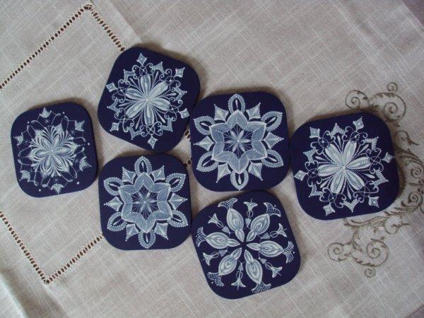 Dessous de verre motif dentelle peint à la main.
