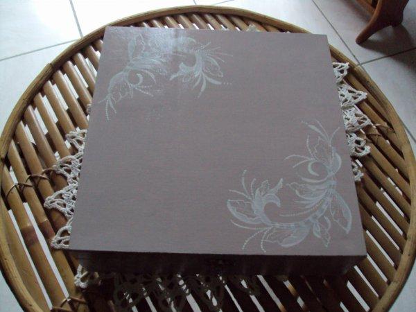 Boite à thés grand format motif dentelle avec un pinceau trés fin.