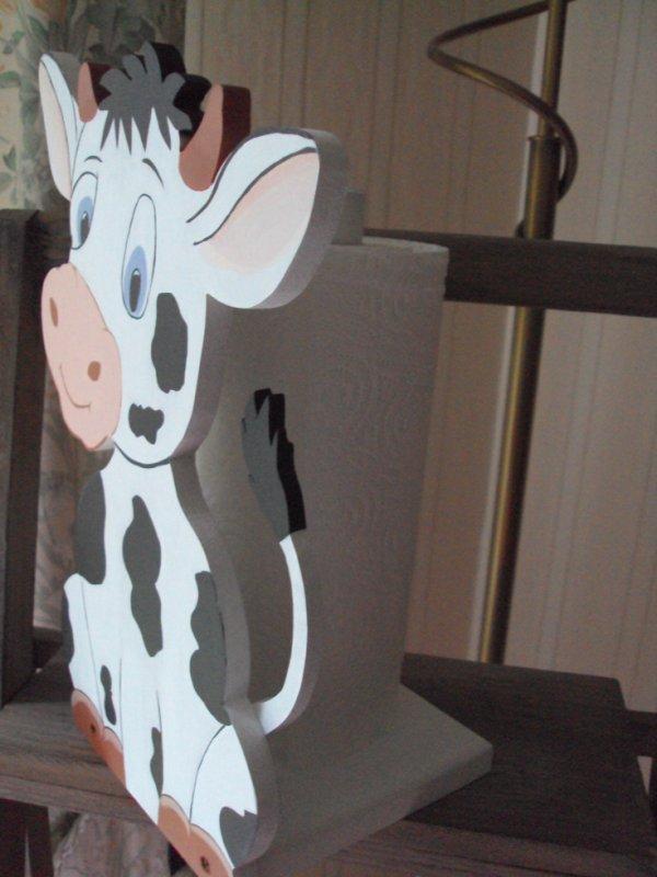 Petite vache porte essuie-tout peinture acrylique.