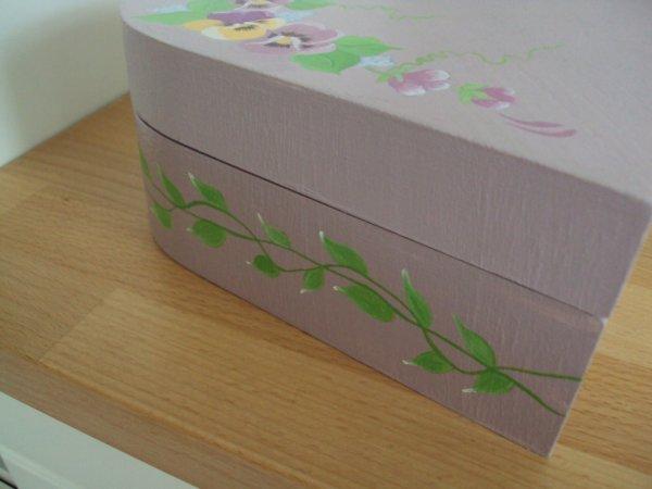 Coté de la boite avec la guirlande de feuilles.