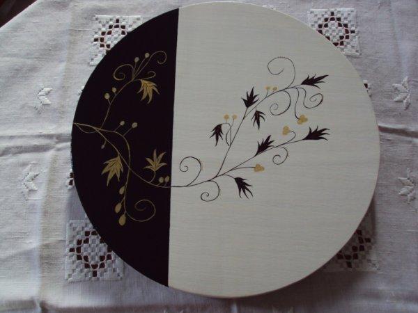 plateau tournant en bois motif pris sur peinture porcelaine.