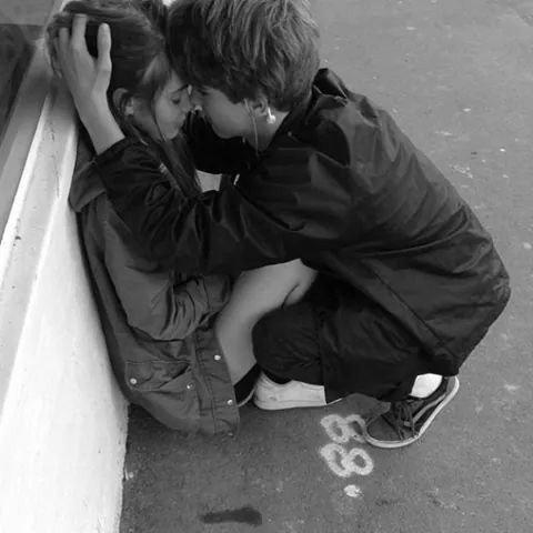 L'amour n'est qu'un mirage, la vie n'est qu'un passage mais l'amitié est un fil d'or qui ne se brise qu'à la mort.