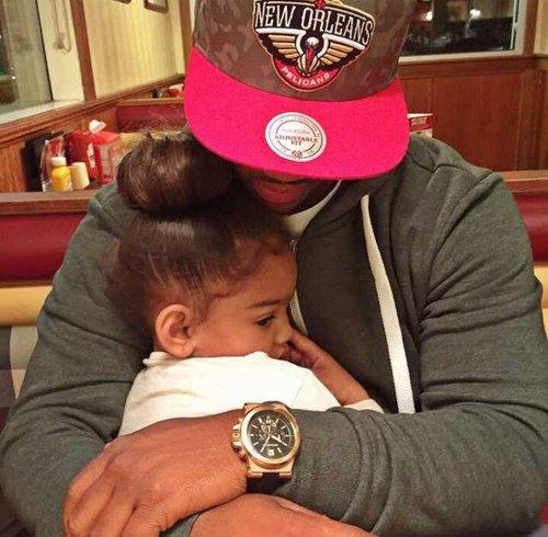 Un homme n'est jamais si grand que lorsqu'il est à genoux pour aider un enfant.