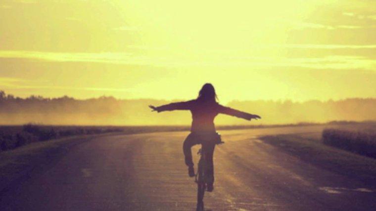 On passe notre vie entière à s'inquiéter de l'avenir, à faire des projets pour l'avenir, à essayer de prédire l'avenir... Comme si savoir à l'avance pouvait amortir le choc. Mais l'avenir change constamment. L'avenir est le lieu de nos plus grandes peurs, et de nos espoirs les plus fous. Mais une chose est sûre : quand finalement, il se dévoile... l'avenir, n'est jamais comme on l'avait imaginé.
