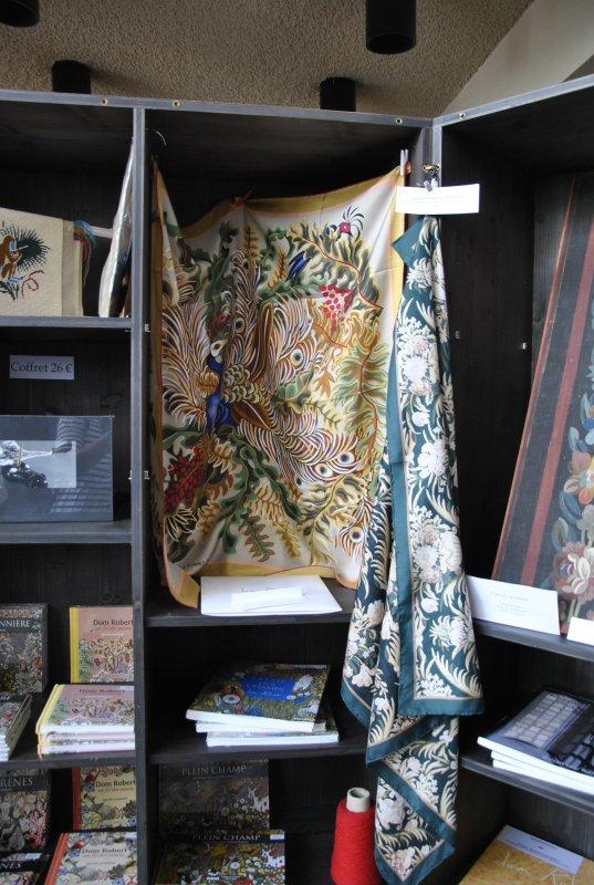 AUBUSSON    MUSEE  DE  LA  TAPISSERIE     VITRINES    photo  SM07