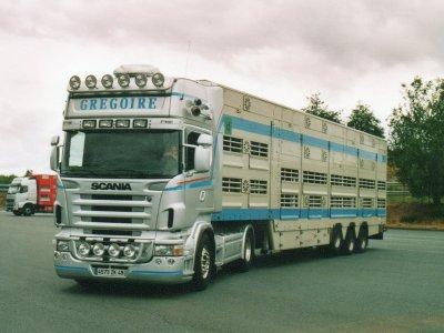 Autre configuration typique, ce Scania R580 emportant une Pezzaioli surbaissée.