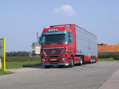 La semi est prête à prendre la route, Hekers & Koppen.