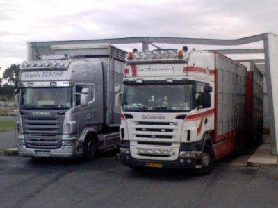 Deux transporteurs en double équipage présents ici sur la piste de lavage.