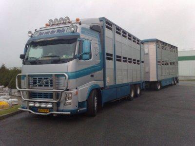 Volvo FH12 460 d'un transporteur néerlandais.