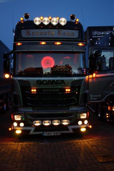 Deux belles photos de face, sur le circuit puis stationné la nuit tombée.