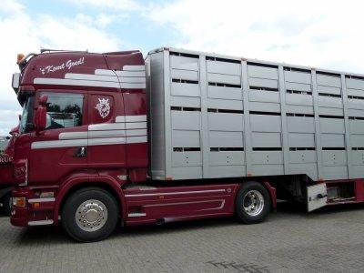 Scania R500 avec la nouvelle calandre attelé à une semi-remorque Maser.