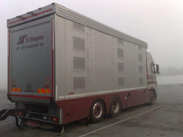 Volvo FH13 500 du transporteur Willie Sleegers installé à Milheeze (NL).