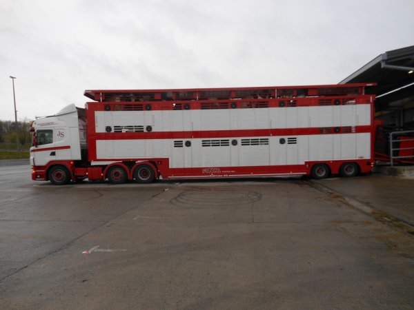 Une société belge innove avec une drôle de Finkl attelée à un Scania 6x2 G480.