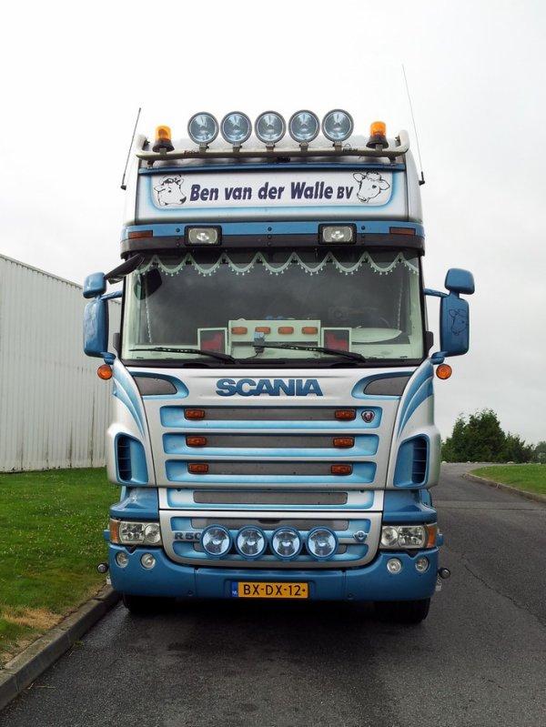 Scania R500 tout aussi éclatant. Je trouve cet ensemble particulièrement long.