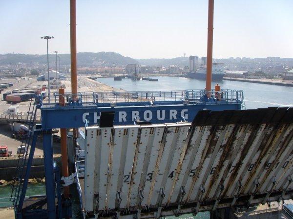 Le bateau habituel destine le convoi de camions au port de Cherbourg (50).