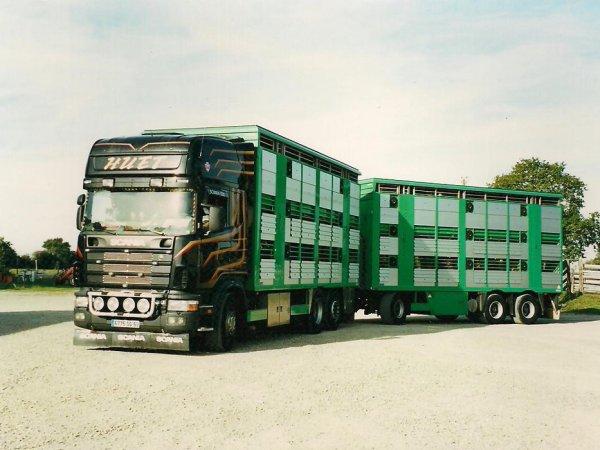 Regard dans le rétro de Rodrigue Huet, artisan transporteur depuis plus de 15 ans.
