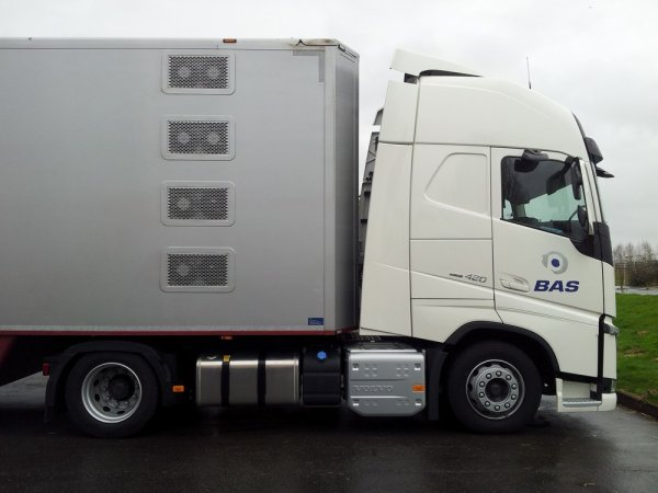 Semi-remorque fermée Cuppers attelée à un Volvo FH13 420 E6 d'essai.