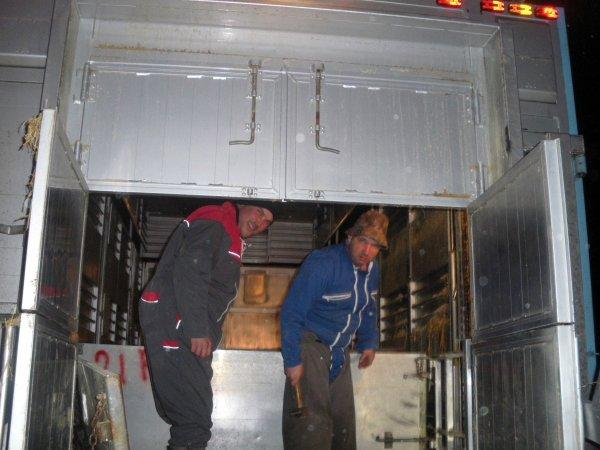 Les chauffeurs franchissent la douane et atteignent la ferme dans la journée.