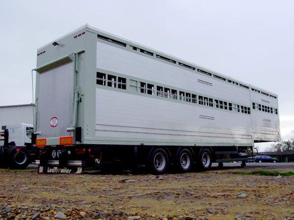 Augmentons les capacités avec quelques semi-remorques bovines à deux niveaux.