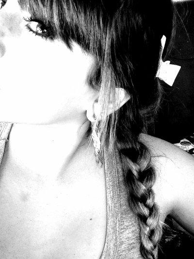 QUE LES APARENCES SOiT BELLES, CAR ON NE JUUGE QUE PAR ELLES . . . Elle à dees milliers De Rêves en tête , elle voit d'aautres cieels par Sa fenétre, elle est comme toutes les aautres à son age, elle voit trop de Prince qui sont de Passage & qui l'aiment saans poseer de questions, qui promettent et qui Oublient sson Noom ..