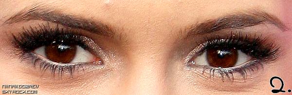 . Avec l'absence de news de Nina, je vous propose un petit sondage. Ces 5 paires d'oeil sont à Nina. Avec quel maquillage la préférez-vous ?  Maquillage n°1 : 2 votes Maquillage n°2 : 2 votes Maquillage n°3 : 0 votes Maquillage n°4 : 4 votes Maquillage n°5 : 3 votes .