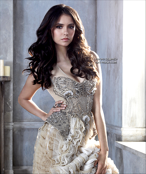 . Une nouvelle photo promotionnelle de Nina Dobrev en Elena pour The Vampire Diaries vient d'apparaitre. .