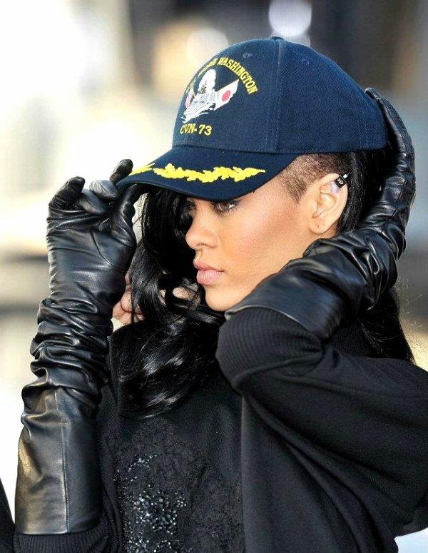 Rihanna continue son tour du monde pour promouvoir le film Battleship.   Après Londres, elle est maintenant au Japon où elle arbore sa nouvelle coiffure.   Voici les photos de leur promo d'aujourd'hui.