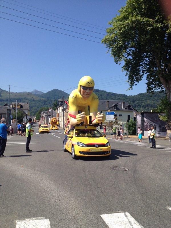 """Quelques voitures de la """"caravane"""" du tour de France cycliste..."""