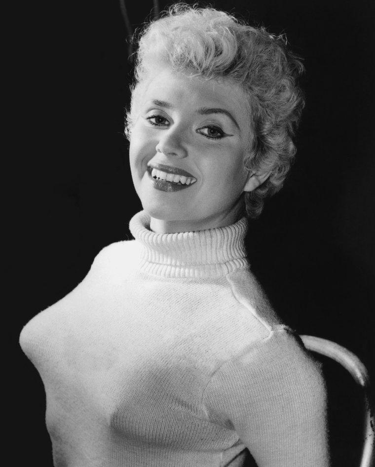 Vera DAY (4 Août 1935) (photo couleur 1957)