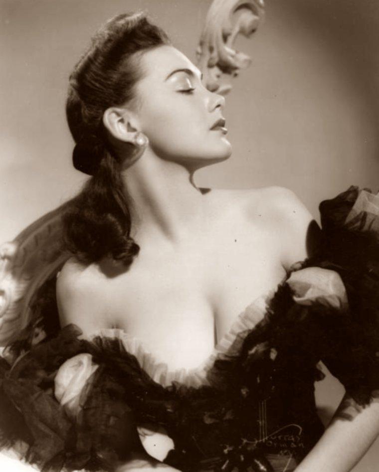 Alice TALTON aussi connue sous le pseudo de Alix TALTON (7 Juin 1919 / 7 Avril 1992) (photo N.B. 1942)