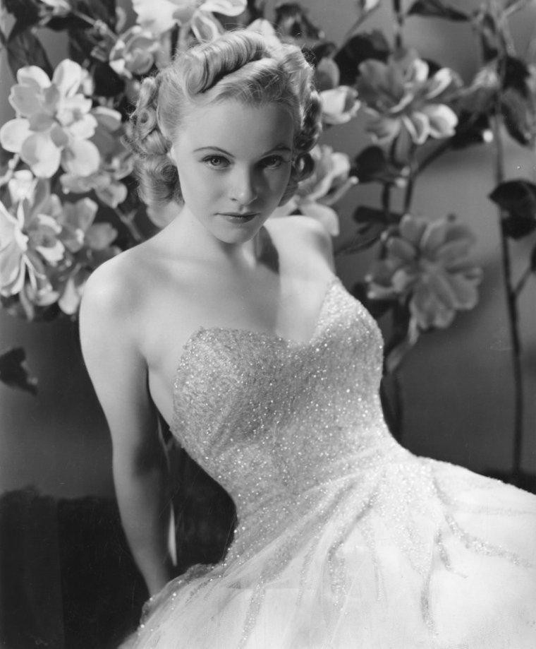 Helene WHITNEY aussi connue sous le pseudo de Helene REYNOLDS (4 Juillet 1914 / 28 Mars 1990) (photo sépia 1943)
